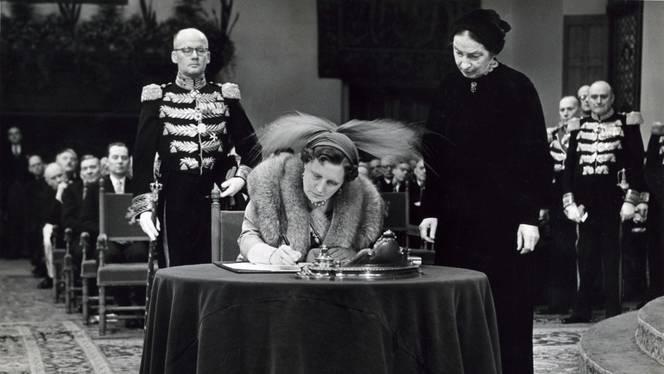 Hare Majesteit Koningin Juliana bekrachtigt op 15 december 1954 in de Ridderzaal te Den Haag met haar handtekening het Statuut voor het Koninkrijk der Nederlanden