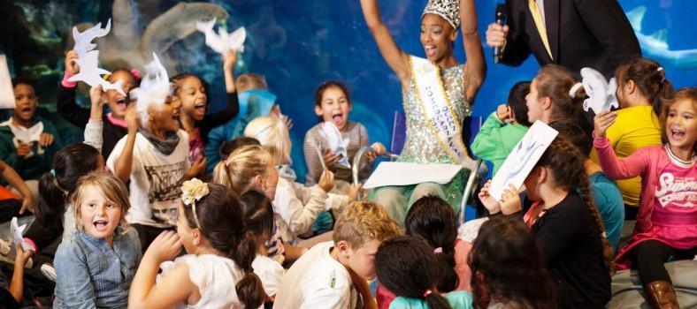 """Zomerkoningin Whitney van Ommeren en Rotterdamse schoolkinderen roepen het uit volle borst: """"Haaaaaiii!!!"""""""