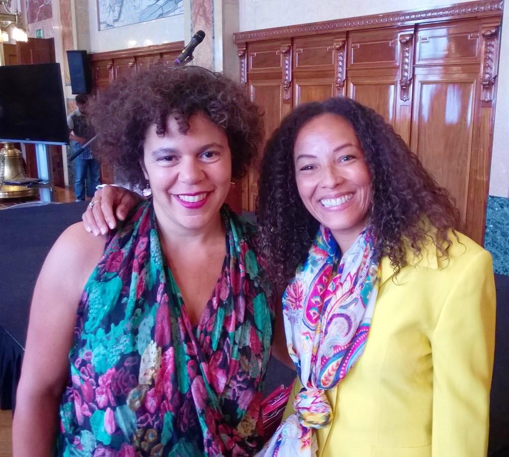 Klein Koninkrijk: Karín Fraai (r) presenteerde de bijeenkomst in Rotterdam; haar nicht Tanja Fraai doet dat 20 augustus in Amsterdam